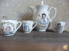 Peças sobrantes de um serviço com decoração infantil de chá/